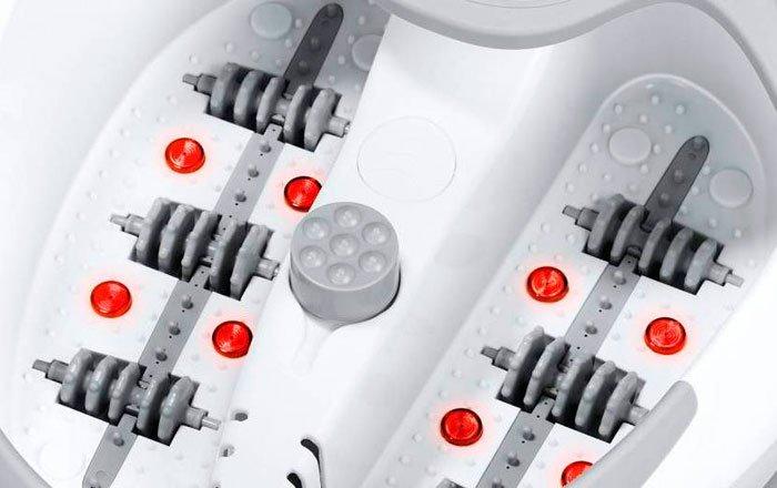 Větší detail masážní vany. Lépe jsou vidět infračervené světla a masážní válce. Uprostřed je masážní nástavec pro pedikúru.