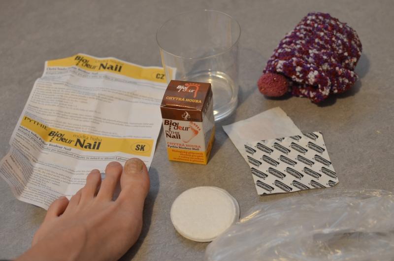 Předměty, které jsou třeba pro ošetření. Chytrá houba v obalu, návod, náplast, tampónky vatové, sáček, ponožka, sklenice s vodou, chodidlo.