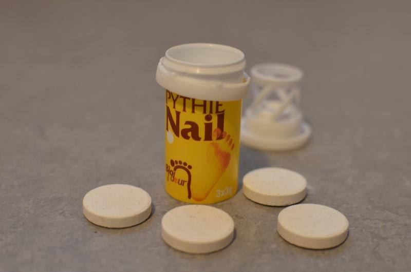 Chytrá houba a její tuba. Vedle leží víčko. Kolem jsou položeny čtyři tablety.